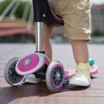 Otroški skiro vozi otroka v prihodnost
