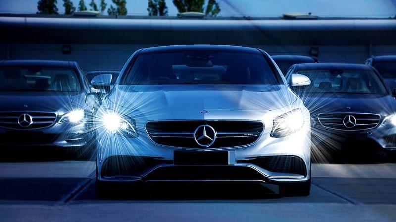 Luč za avto nam osvetli cestišče